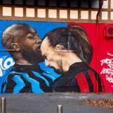 A Milano lo scontro Lukaku-Ibrahimovic diventa un murale