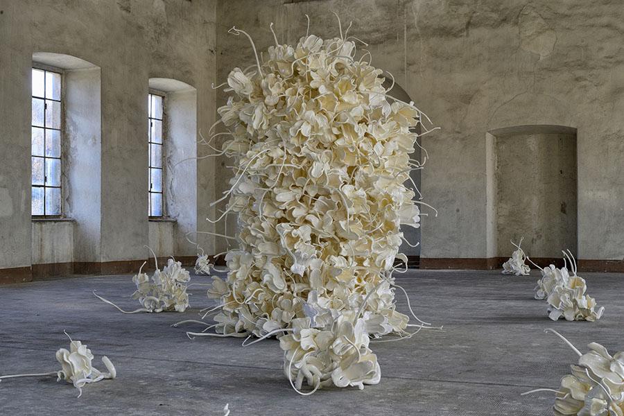 La natura che non c'era: fiori di plastica rigenerata a Tollegno